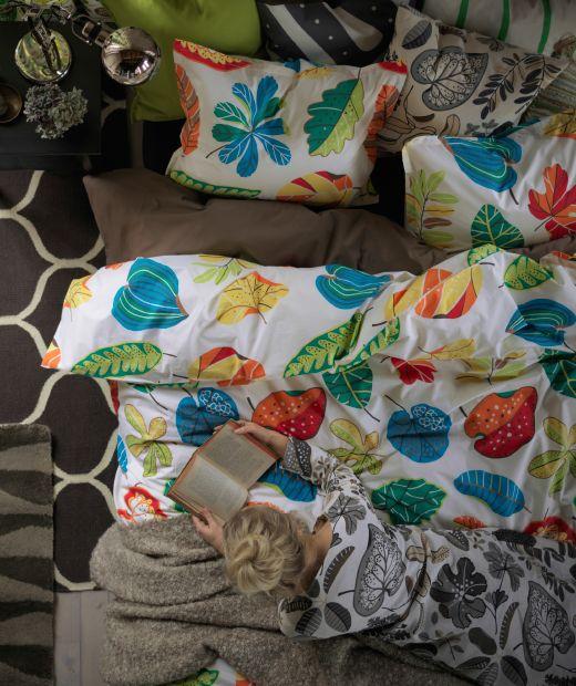 jonill bettw sche set in bunt aus der vogelperspektive auf einem bett liegend betrachtet ikea. Black Bedroom Furniture Sets. Home Design Ideas