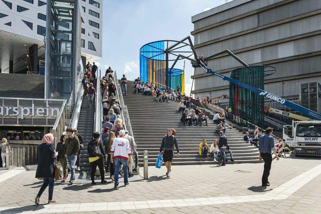 """Nieuw tijdelijk """"kunstwerk"""" op de trap Jaarbeursplein naar Utrecht CS"""