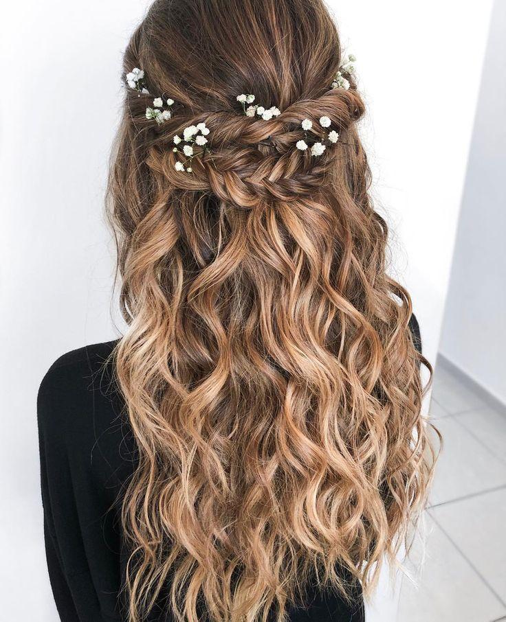 Boho schicke Hochzeitsfrisur für langes Haar mit Blumen. Hochzeitsfrisuren halb…
