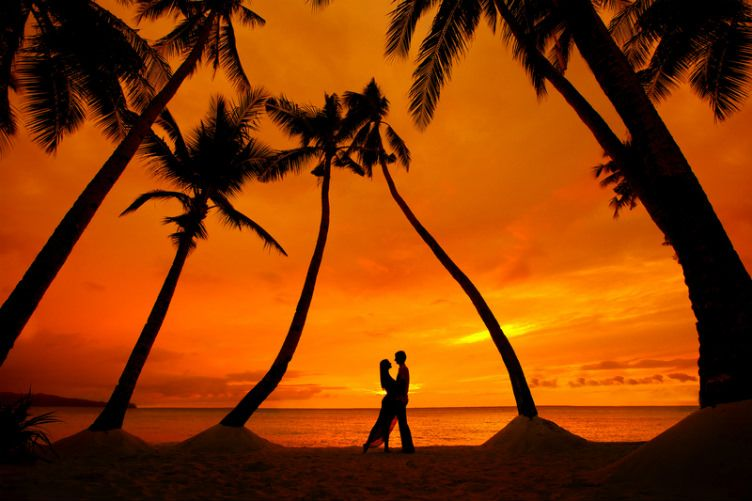 26 صورة ستجعلك ترغب السفر إلى جزر المالديف Pre Wedding Photoshoot Beach Wedding Photography Sunset Couple Photography