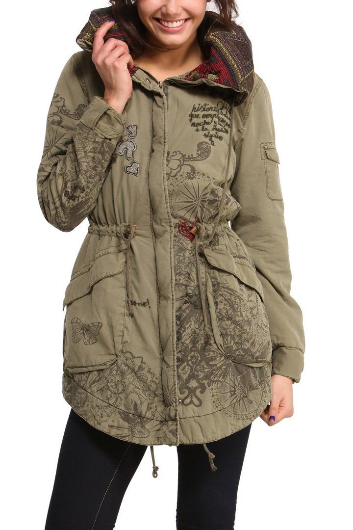 bf84f14569e Abrigo de mujer Desigual modelo Albacete. Parka verde con bordados y  detalles en granate. El interior es de borreguillo