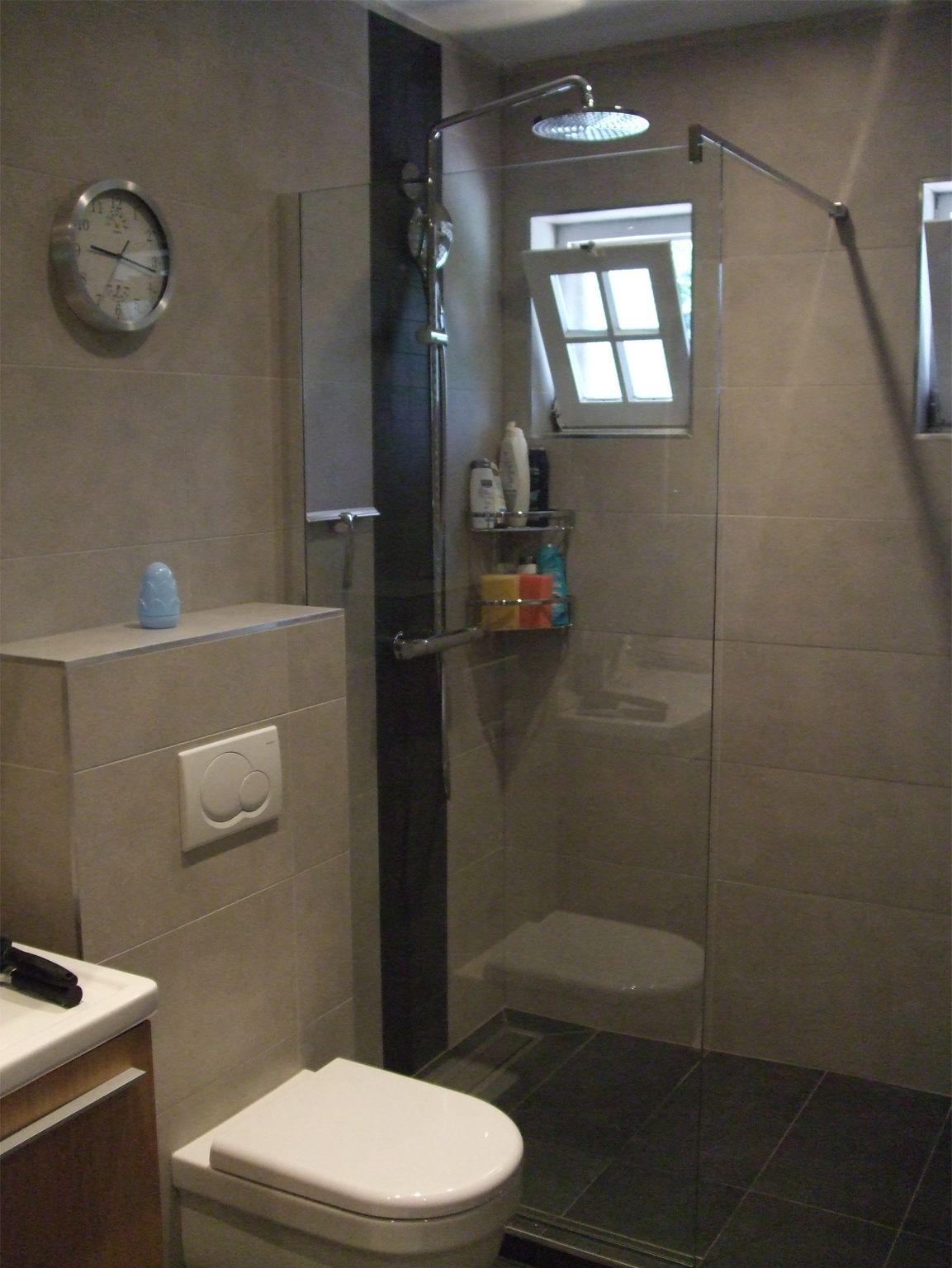 Knappe betegelde inloopdouche met regendouche en glazen scherm home pinterest - Moderne betegelde vloer ...