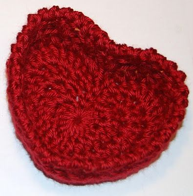 Free little hugs and kisses heart baskets pattern ... the crossing double crochets used on the sides create an X O X O effect. Perfect for all your lovely Valentines!