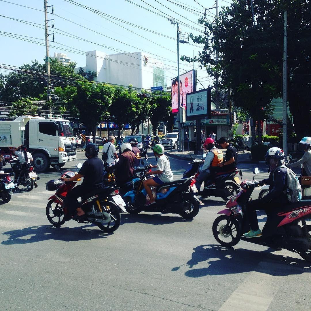 タイの道路は中国と同じく道路を横断する時歩行者ではなく車バイクが優先な雰囲気止まってくれるだろうと思っていたら突っ込んできますので注意しなきゃです 交通 交通安全 タイ バンコク 観光 旅行 自分磨き 成長 発 Instagram Pictures Instagram Posts