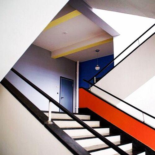 Bauhaus Farben: Bauhaus Movement Building Stairway