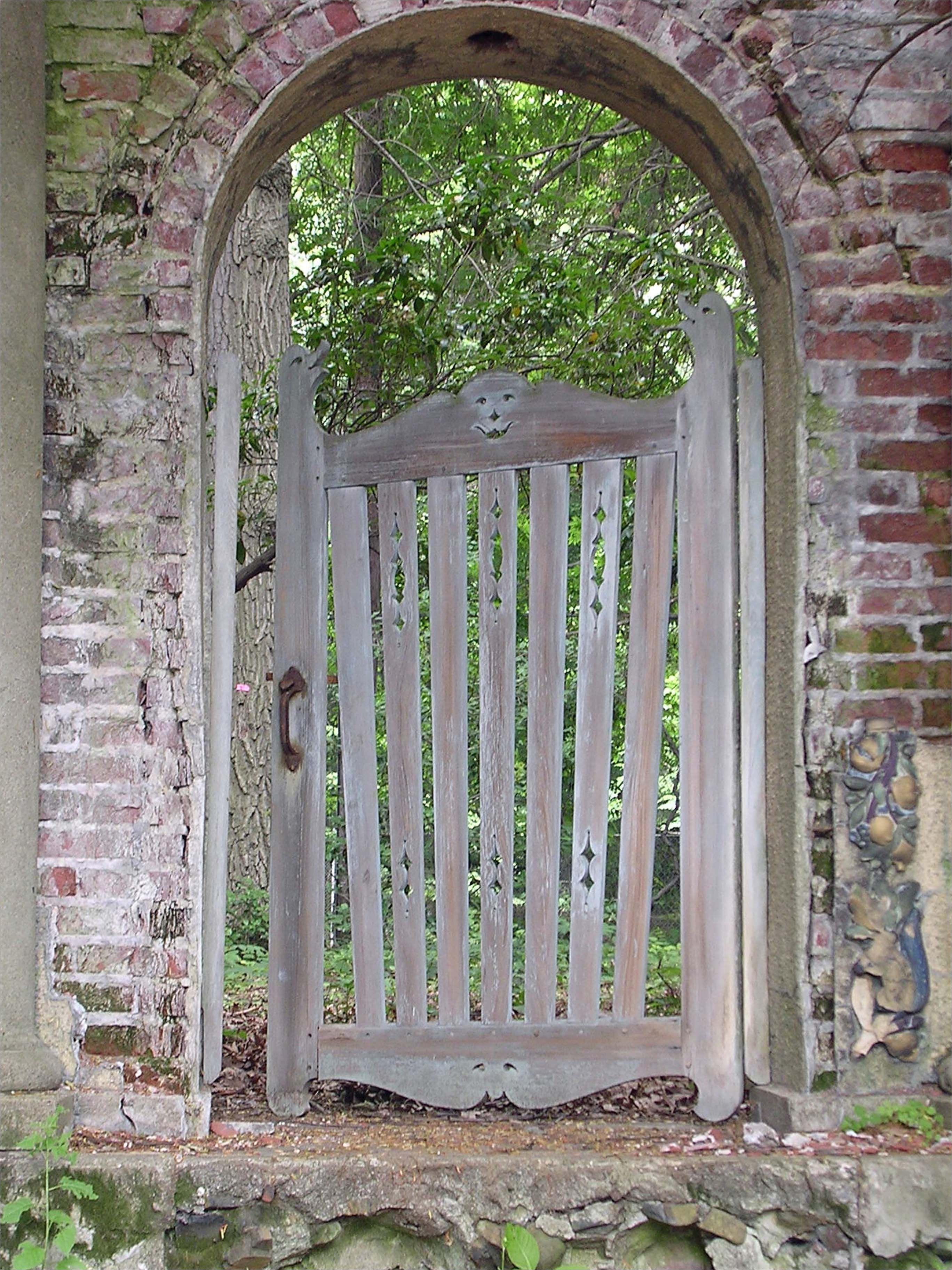 Detalles del diseño del jardín Puertas de madera rústica - Susan Cohan Gardens
