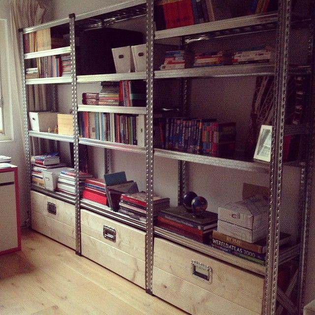 Stellingkast als boekenkast met houten kisten op wielen ...