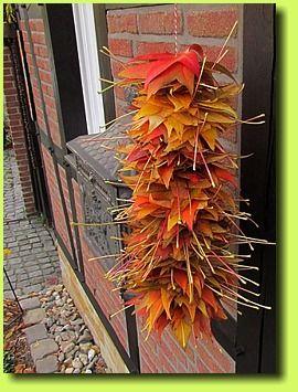 H ngender bl tterstapel basteln herbst dekoration for Bastelideen herbst kleinkinder