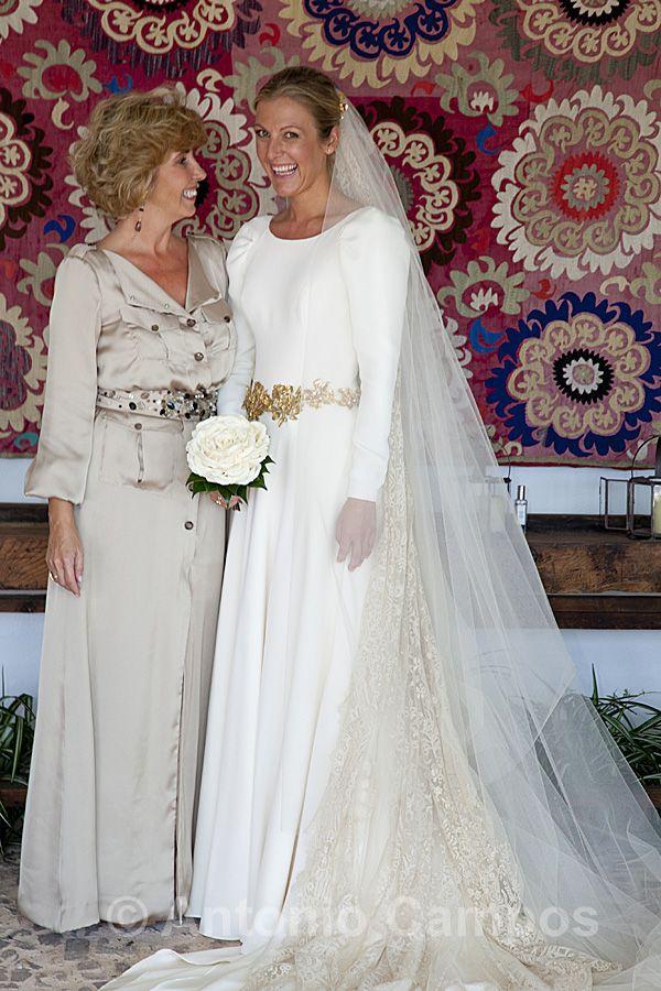 Carla decidió completar su vestido de novia de Teresa Palazuelo con ...