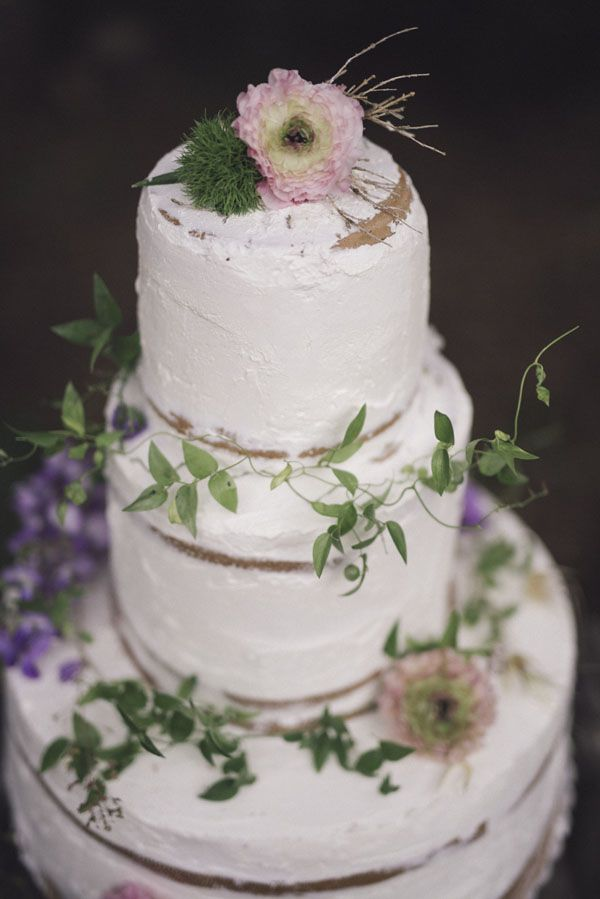naked cake with greenery and purple flowers | photography: marcella cistola http://weddingwonderland.it/2016/05/matrimonio-al-profumo-di-glicine.html