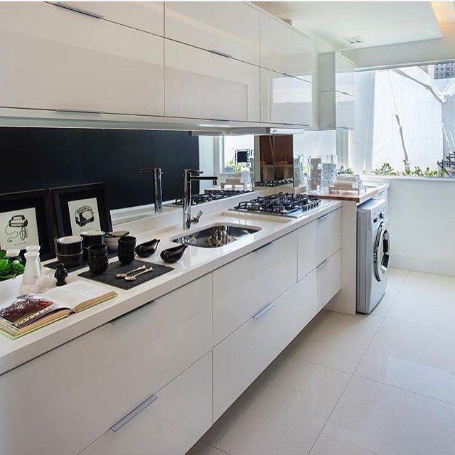 Cozinha l Destaque para a integração com a área de serviço na mesma linguagem visual! Projeto @izabelalessa_arquitetura #kitchen #cocina #cozinha #food #gourmet #roomservice #design #marcenaria #sabado #arquiteta #architectureporn #interiordesign #instagram #homedecor #photo #decor #luxurydesign #amazing #instabest #arquitetura #follow #blogfabiarquiteta #fabiarquiteta  Blog www.fabiarquiteta.com  fabiarquiteta