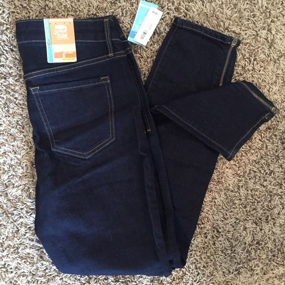 "Old Navy Rockstar skinny jeans Dark wash skinny jeans with cute zippers at ankles. Nice amount of stretch in these. 28 inseam  39"" waist to cuff 30"" waist  Size 8 NWT Old Navy Jeans Skinny"
