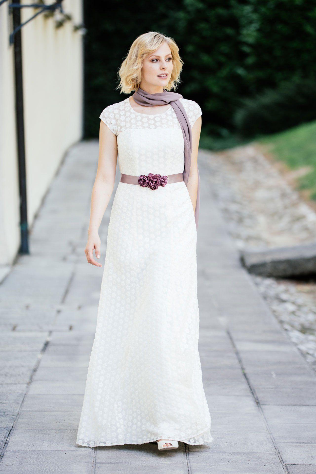 Brautkleid mit markanter Blumenspitze – unsere Uma! Hier mit unserem ...