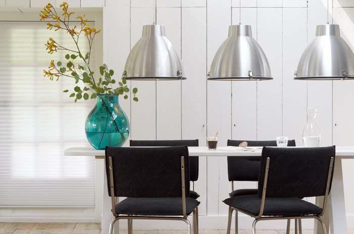 KARWEI | Drie dezelfde hanglampen boven de eettafel springen ...