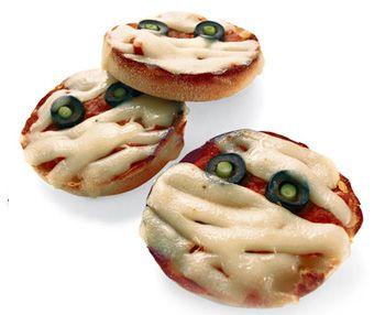 Маленькие запеченный пиццы с глазками в виде мумий. В ...