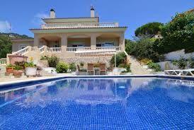 Superbe villa avec piscine privée et magnifiques vues, située dans un milieu calme. http://www.locationvillaespagne.com/lloret-de-mar/kansas/ #kansas