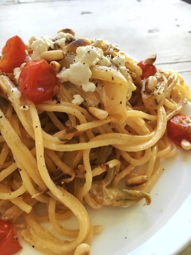 Es ist mal wieder Zeit für ein wenig beachtetes Gemüse: Den Chicorée. Mit seinem leicht bitteren Geschmack erreicht er weniger Liebhaber als die meist süße Paprika, dabei ist es genau dieses Bittere, was den Chicorée so interessant macht. Klar, dass Chicorée auch sehr gut zu Pasta passt, wie diese Spaghetti mit Chicorée und Schafskäse beweisen.