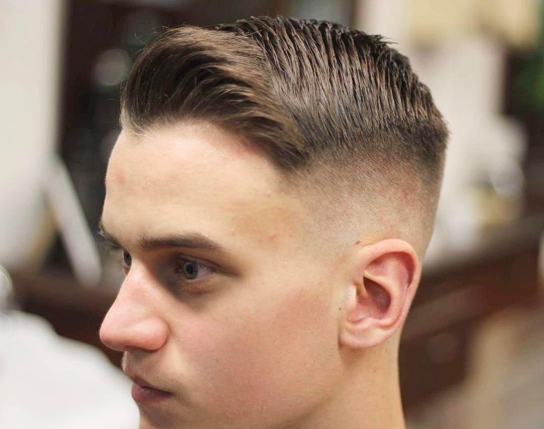 Coupes de cheveux pour hommes sous un court mohawk