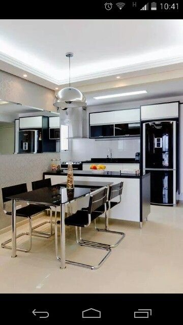 Ideia de cozinha com geladeira preta