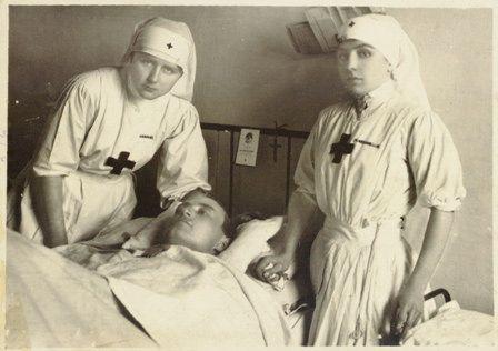 Crocerossine assistono un paziente in ospedale, 1916,  Reparto Cinematografico del Regio Esercito Italiano   #TuscanyAgriturismoGiratola