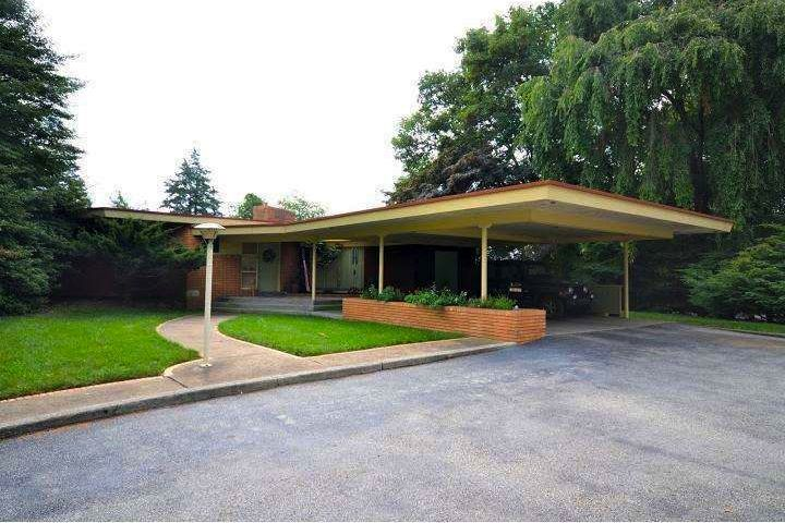 1950s Post And Beam In Crestwood Hills Has Walls Of Glass Sauna Mid Century Modern House Modern Architectural Styles Modern Carport