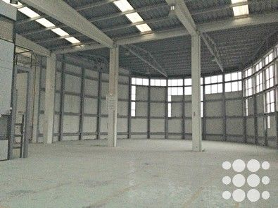 REF. P3182 - Nave industrial de 1.000m² situada en Montcada i Reixac.  Dispone de puerta tipo TIR con puerta peatonal independiente, alturas libres de 8m, sistema anti-incendio mediante BIES, patio delantero de 80m² y oficinas acondicionadas en planta altillo.