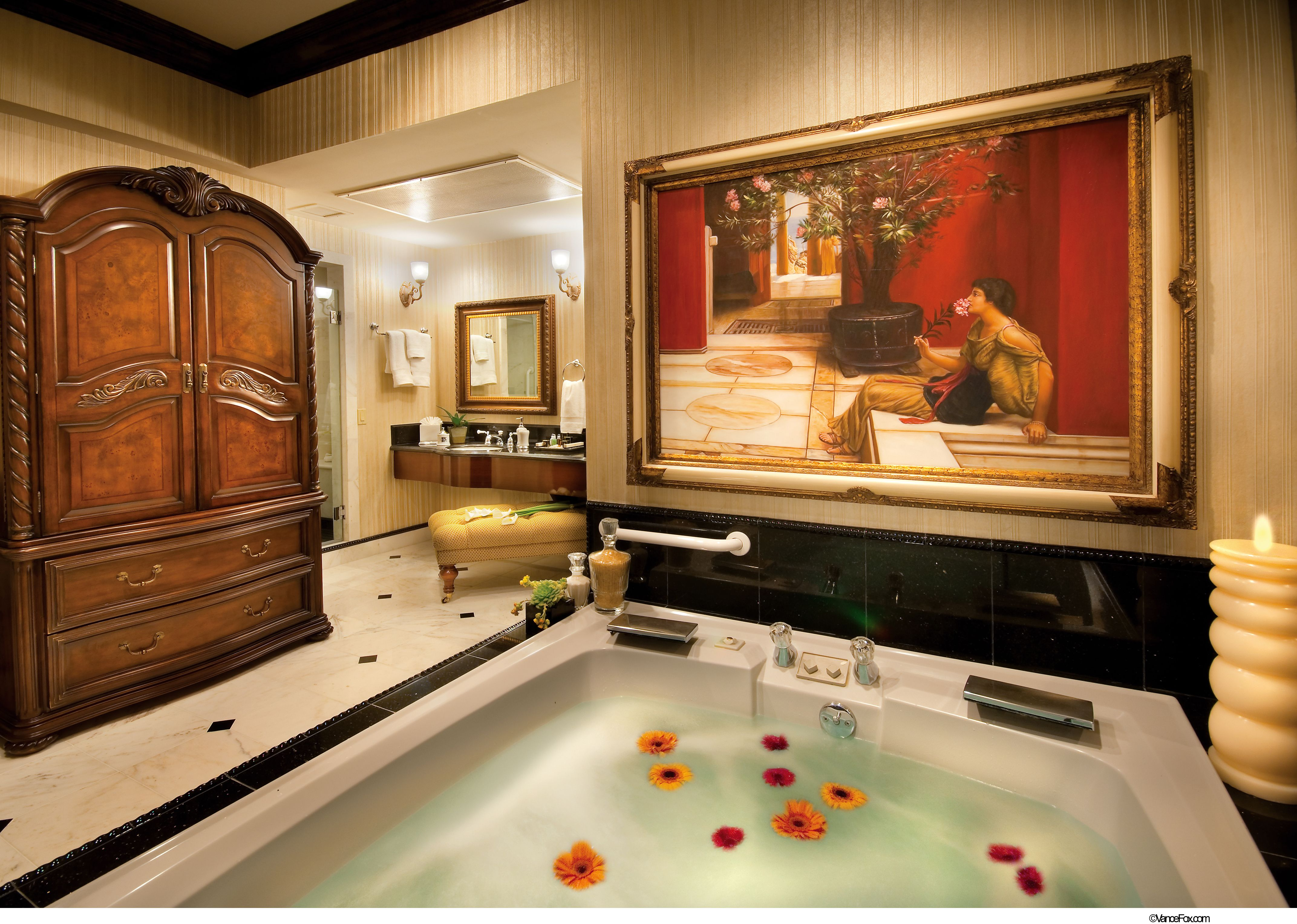 STUNNING jaquzzi suites on las vegas strip give both