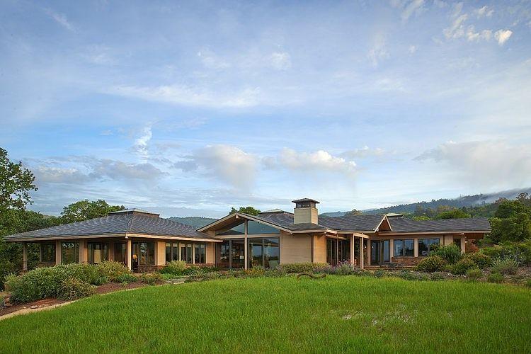 Parfaite intégration au paysage pour cette grande maison - maison en bois et en pierre