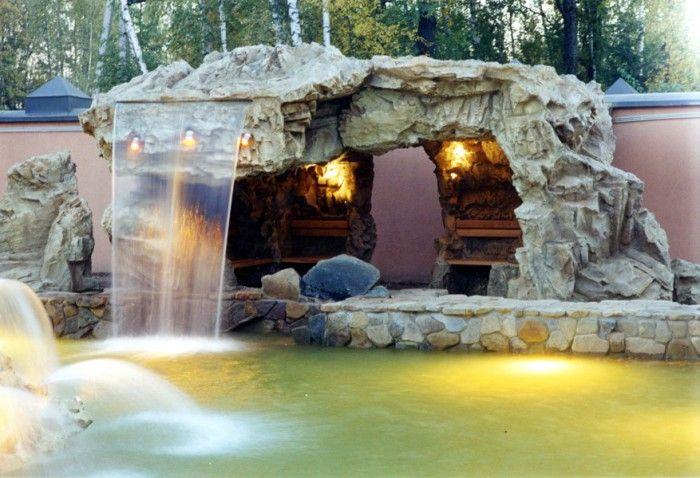 El diseño único de la cueva decorativo con una cascada