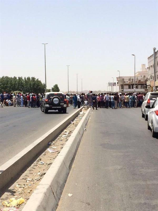 عمال بن لادن يغلقون شارع الحمدانية بجدة والشرطة تتدخل اخباريات Road Highway