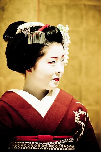 Une maiko san quand elle regarde ce qui l'entoure, comme tout le monde by Stéphane Barbery, via Flickr