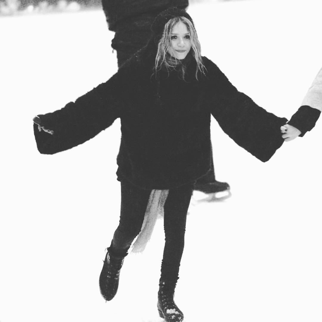 """454 Likes, 1 Comments - Mary-Kate & Ashley Olsen (@marykateandashleyo) on Instagram: """"19/12/2008 - MARY-KATE SEEN ICE SKATING WITH FRIENDS IN NEW YORK  Image from: olsensobsessive.com…"""""""