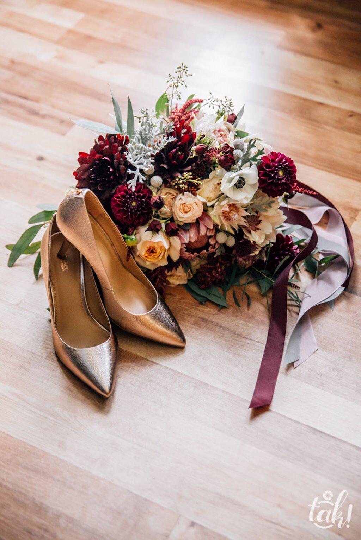 Inna Studio Wedding In Marsala Colors Wedding Bouquet Bukiet Slubny Bordo Brzoskwinia Fot Tak Fotografia Slubna Wedding Heels Mule Shoe