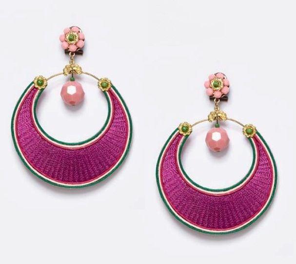 afdd3ff8721a Pendientes flamencos del diseñador Enrique de la Flor en color buganvilla y  en forma de aro con detalles en verde hierba y piedra facetada en rosa palo.