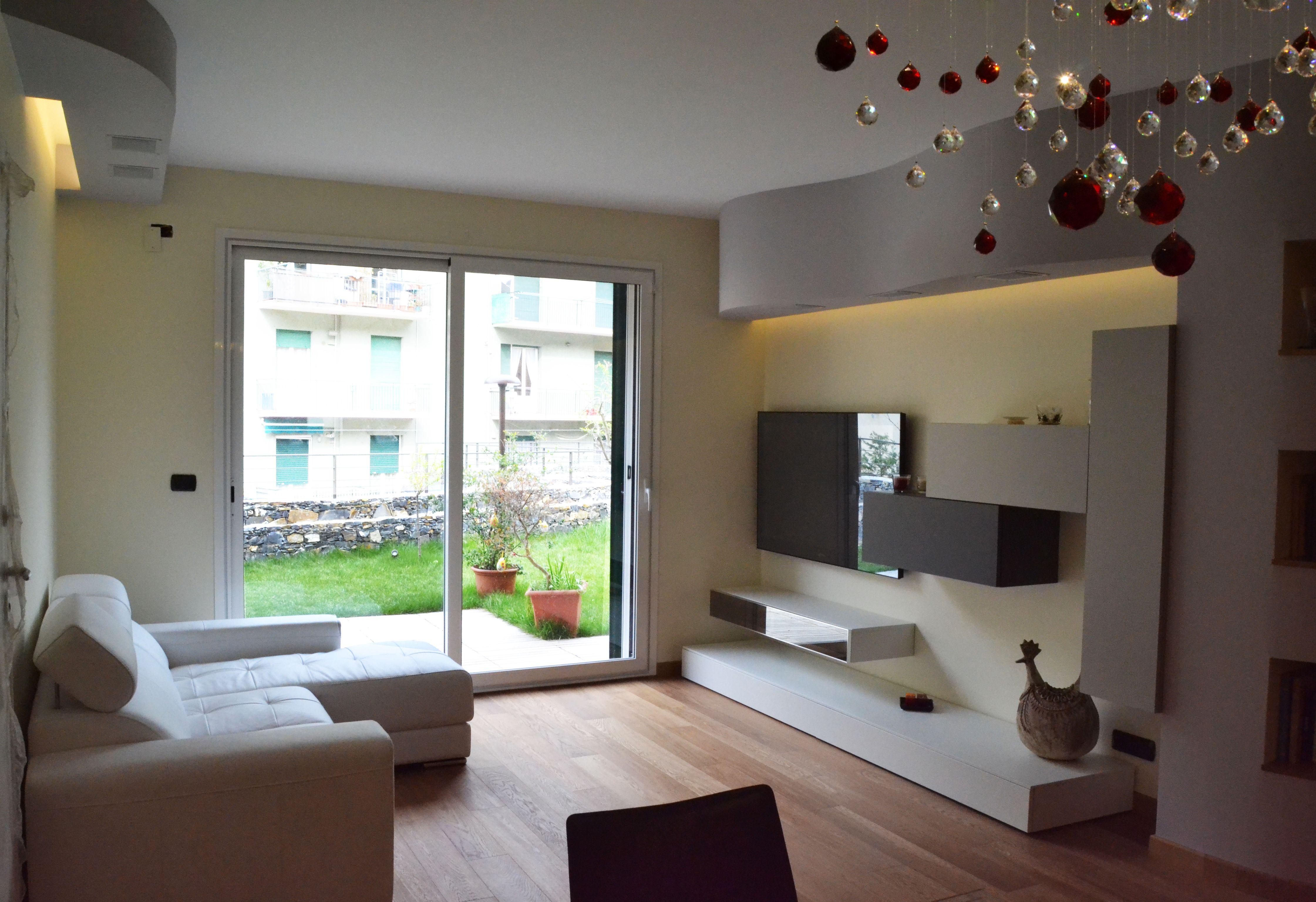 Alessandra Bianchi Architetto soggiorno #portafinestra #lampadariomoderno #parquetdilegno