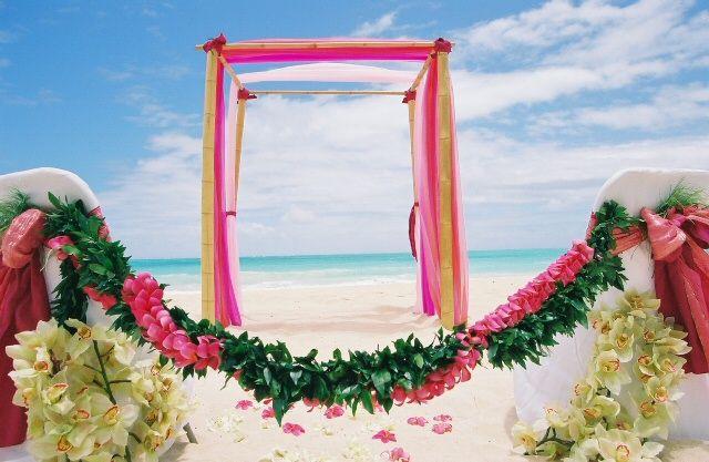 Saiba como escolher o vestido de noiva ideal para o casamento no verão, conheça os melhores vestidos para madrinhas e convidadas usarem nos dias quentes.