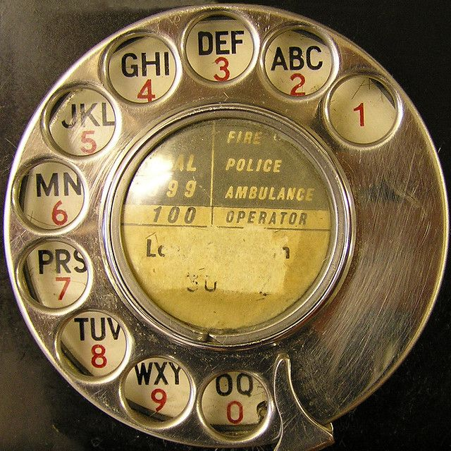 ¿Os acordáis de esas agendas de teléfono con una rueda en la tapa? Se abría en la página cuya letra habías seleccionado previamente al girar la rueda.