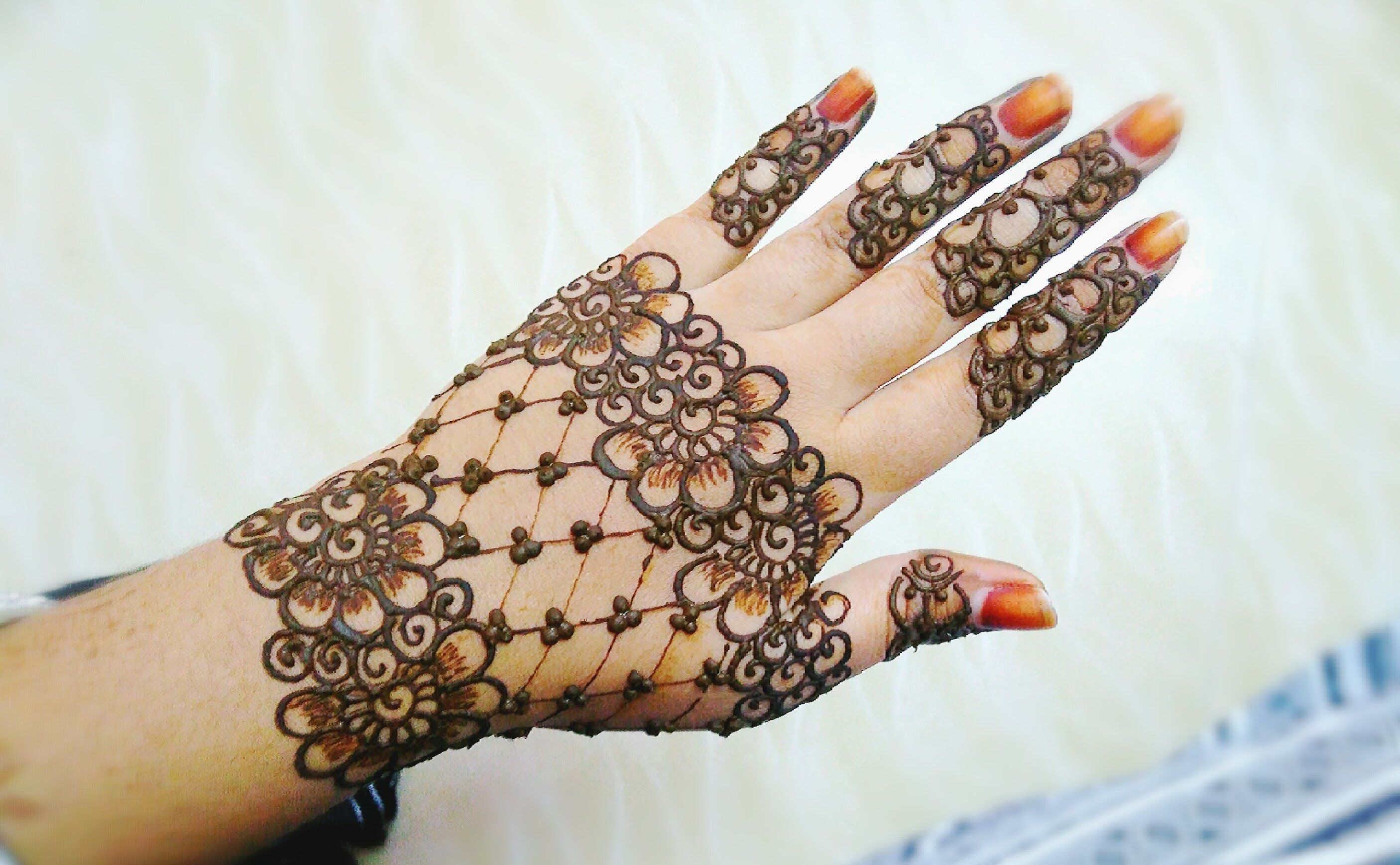 Mehndi For Thin Hands : Easy stylish floral and lines mehndi design henna back