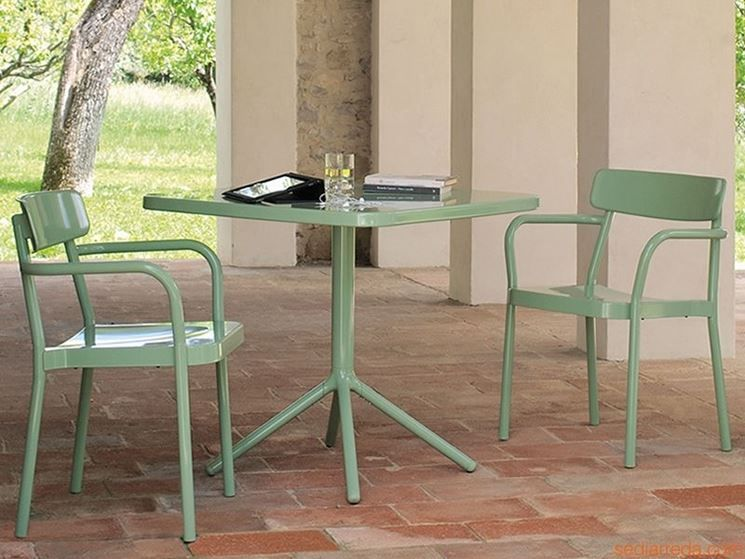 Arredamenti esterni per bar tavoli da esterno in legno for Arredamento bar sedie e tavoli