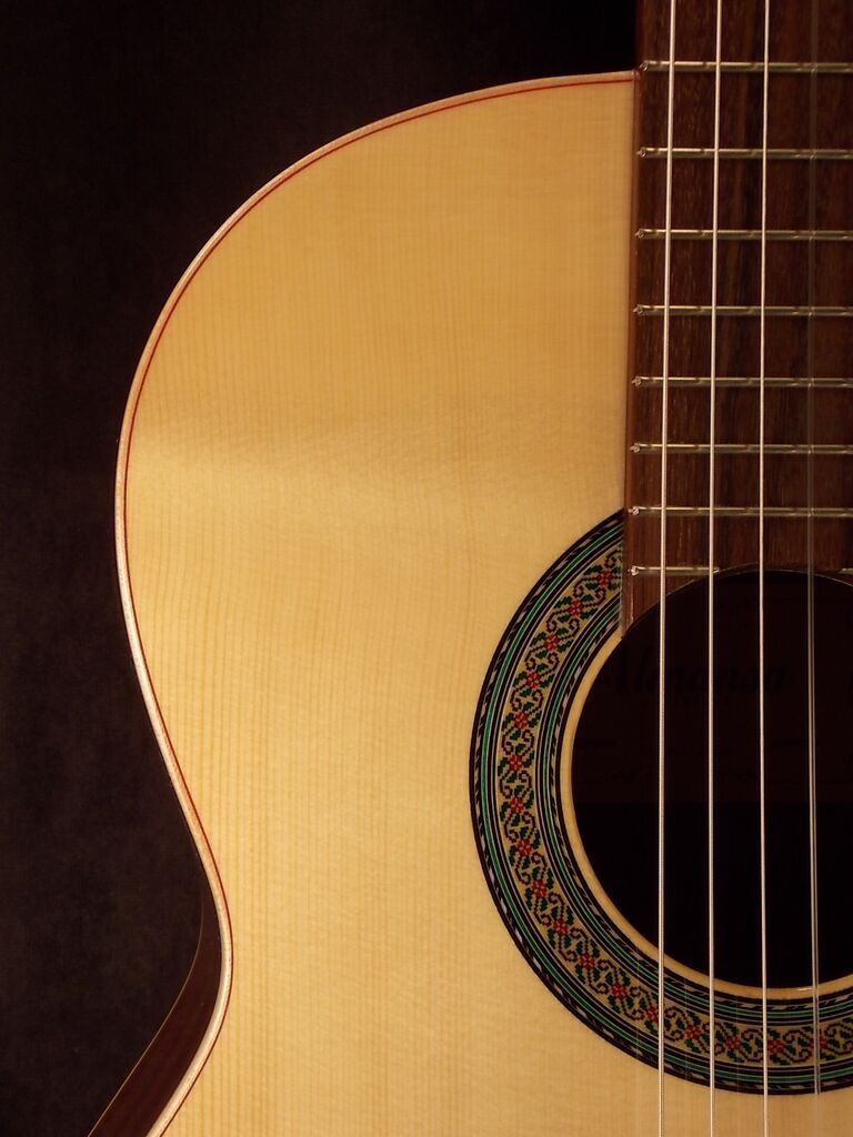 Almansa 402 Spruce Top With Case New Classical Guitars
