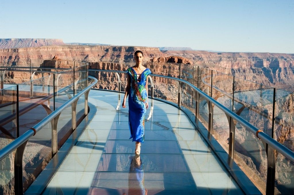 Jessica Minh Anh pone la moda a navegar sobre el río Sena