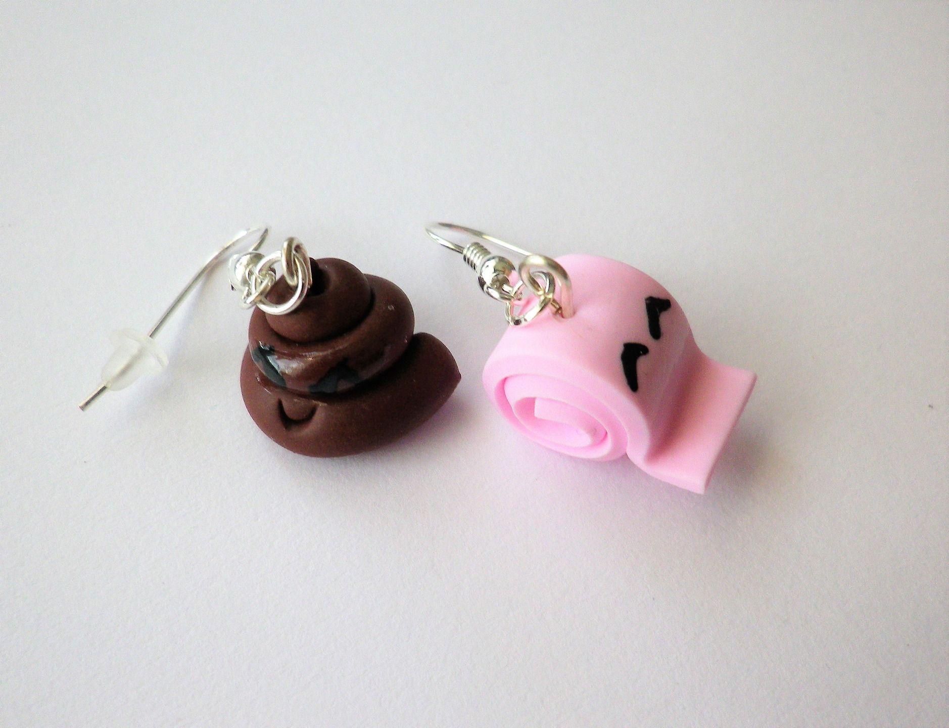 """boucles d oreilles rigolo: """"le gros caca et son papier toilette rose souriant"""" depareillee : Boucles d'oreille par fimo-relie"""
