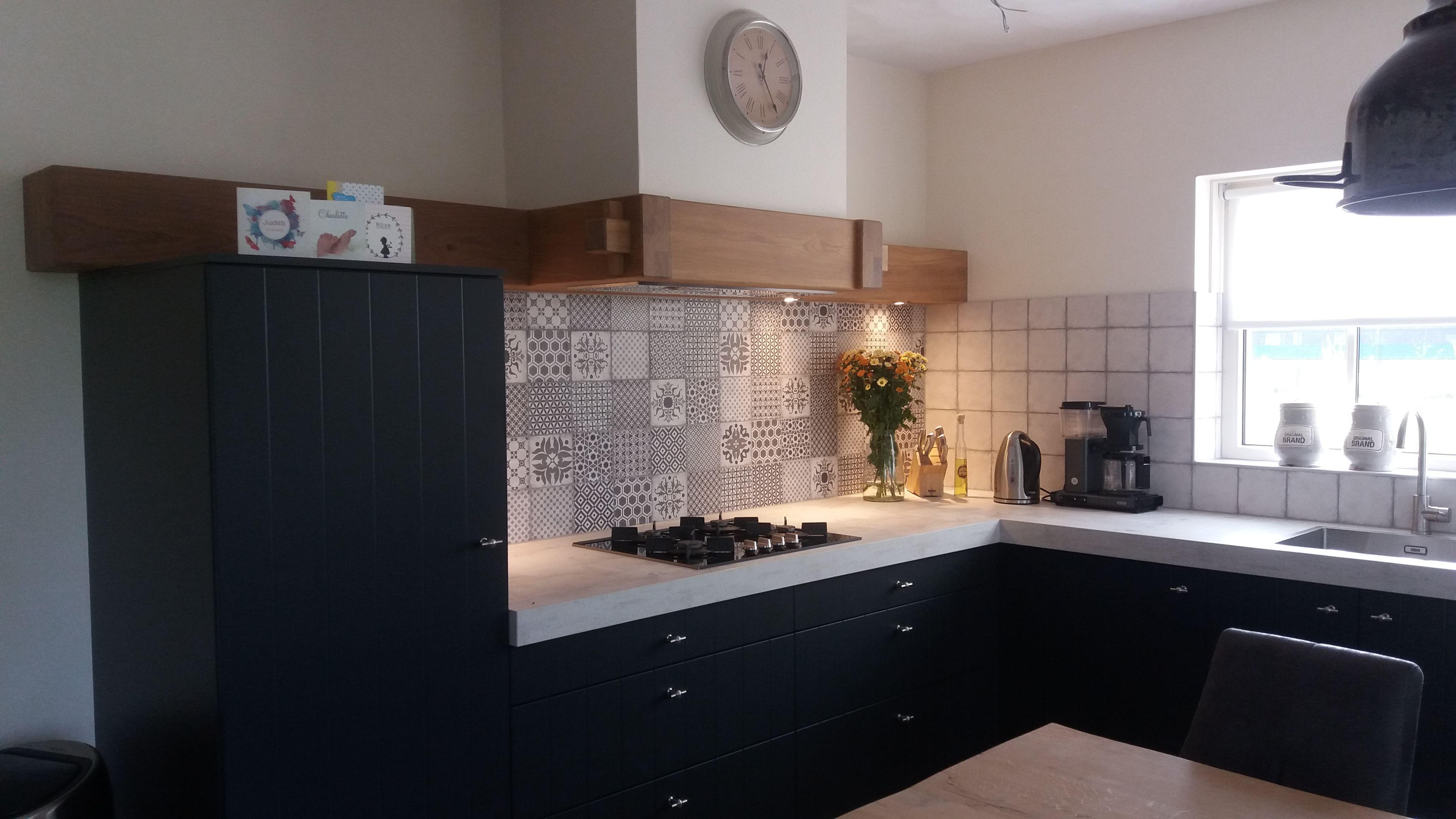 Keuken Schouw Tegels : Mooie combinatie van tegels schouw blad en keuken. de schouw is