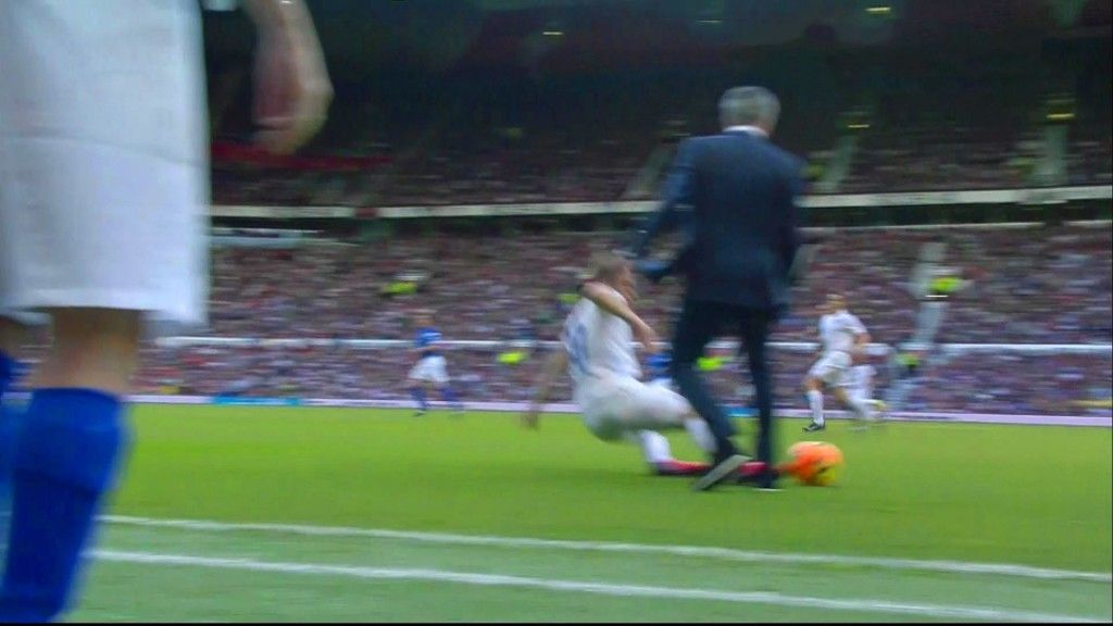 José Mourinho invade o campo e derruba jogador da equipa adversária