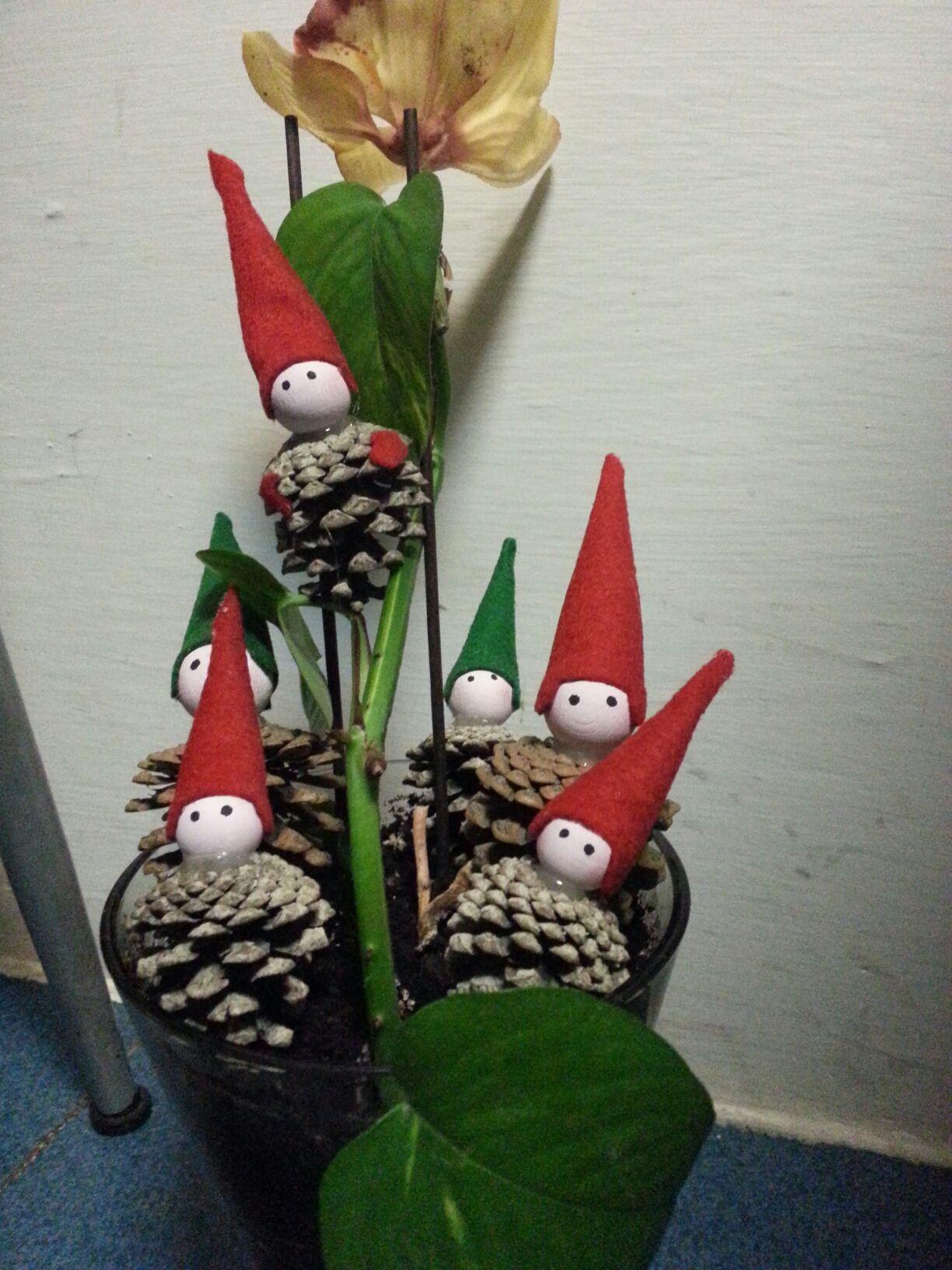 Tutorial decorazioni natalizie con pigne cerca con - Pigne decorate natalizie ...