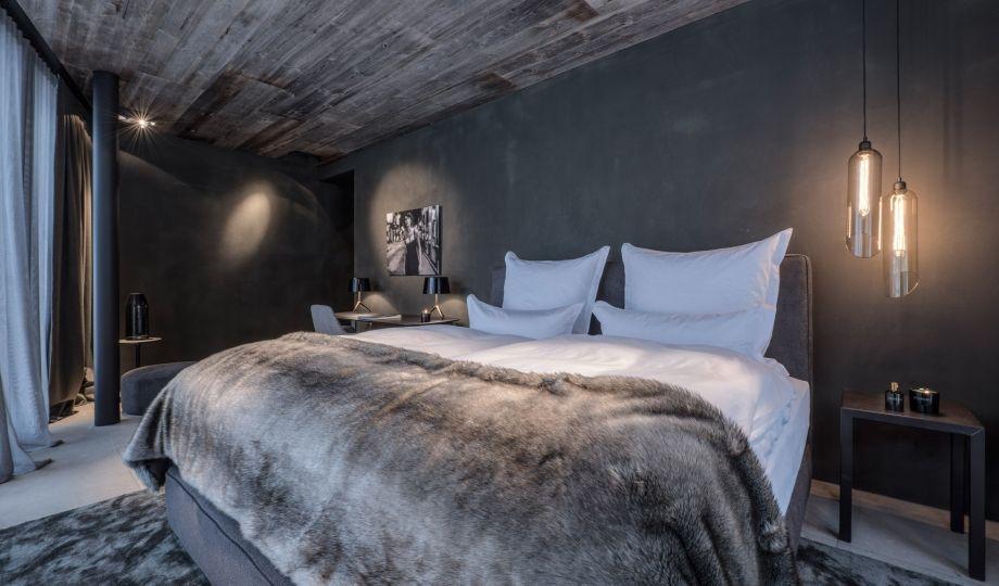 Design Schlafzimmer mit dunkler Holzdecke und Boxspringbett | Für ...