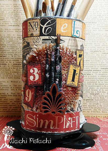 Parte frontal con una decoración más elaborada con los pinceles desgastados y los sellos numéricos con arpillera de fondo.