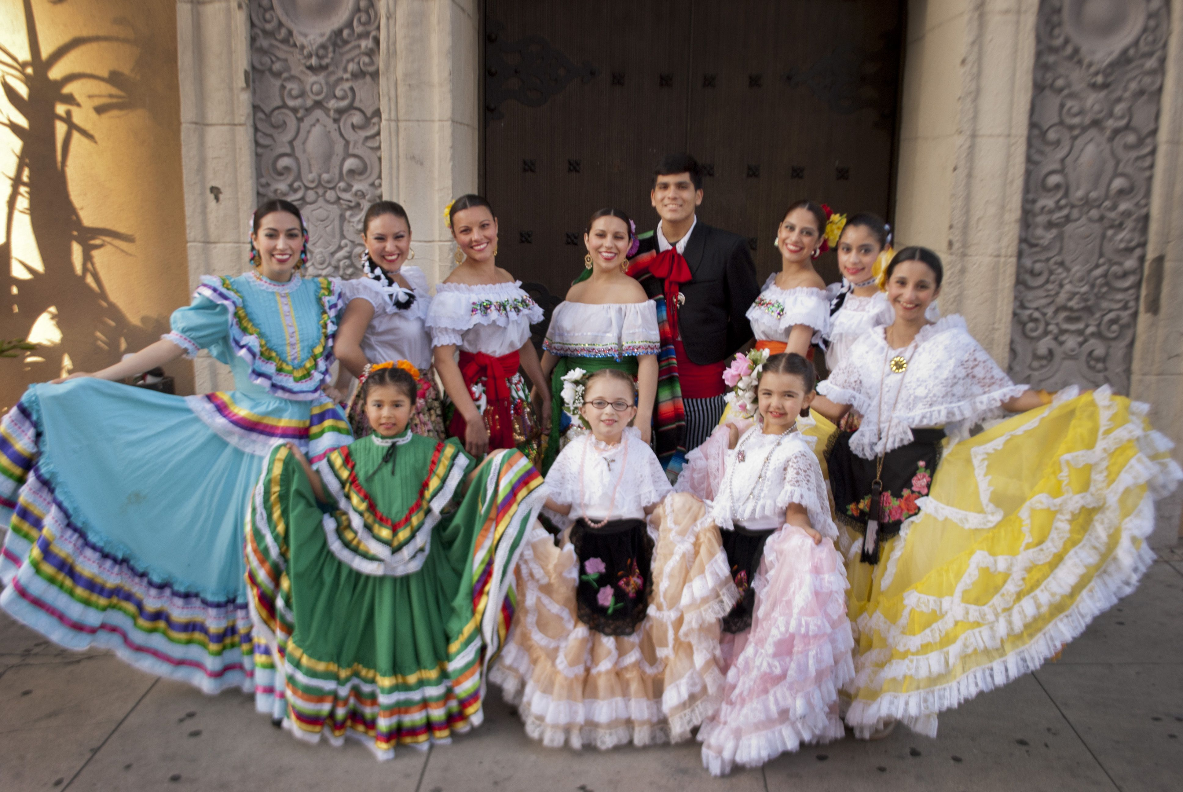 Ballet Folklorico De Los Angeles Performing Every Friday And Saturday Offering Dance Classes Every Sunday Chil Ballet Folklorico Sundays Child La Fonda