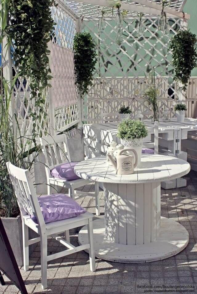 Photo of Mithilfe von Paletten und Kisten, um die Café Garten