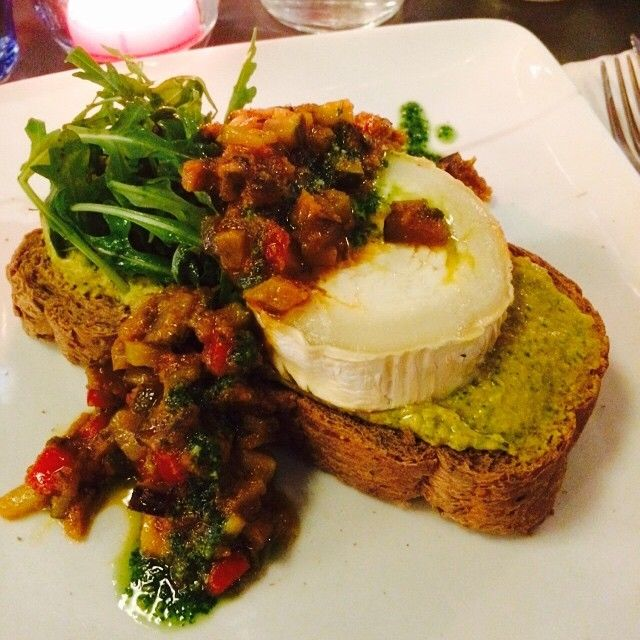 Woooow goede keuze bij #Walem dit. Geitenkaas, hummus en ratatouillesalsa. Bonne idée! Daar ga ik binnenkort een receptje mee maken! #lunch #friends #amsterdam #hotspot #foodie #blogger #foodporn #nofilter